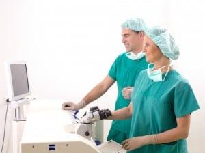 Augenaerzte vor Monitor