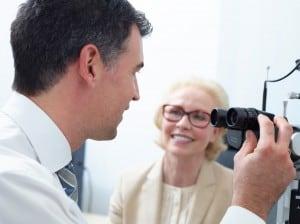 Augenarzt mit Patientin