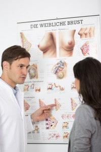 Gynaekologe spricht mit Patientin