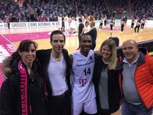 Beta Klinik zusammen mit Telekom Baskets-Spieler Josh Mayo.