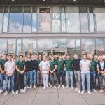 teamfoto-hockeymannschaft-vor-klinik