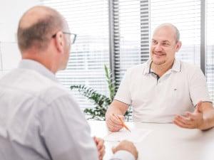 Prof. Wille erläutert Nierenstein-Symptime im Patientengespräch.