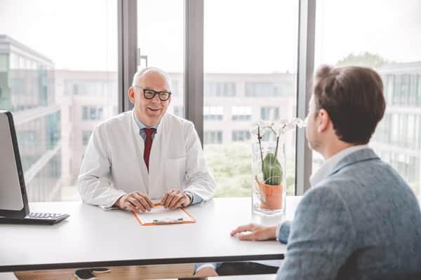 Dr. Lüsebrink im Patientengespräch
