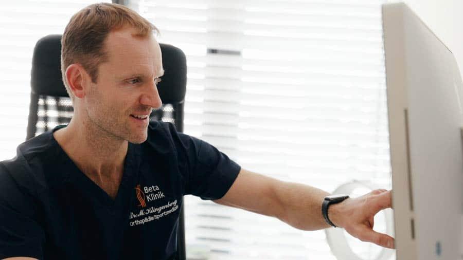Dr. Klingenberg bei Diagnose von Rückenschmerzen