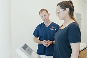 Arzt mit Patient bei Körperanalyse